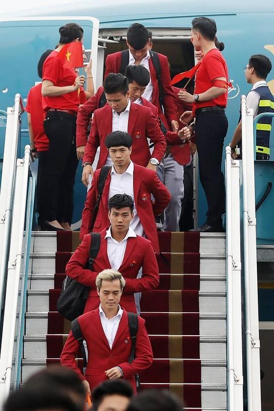 Hàng ngàn người hâm mộ đổ ra đường đón Đoàn thể thao Việt Nam ảnh 2