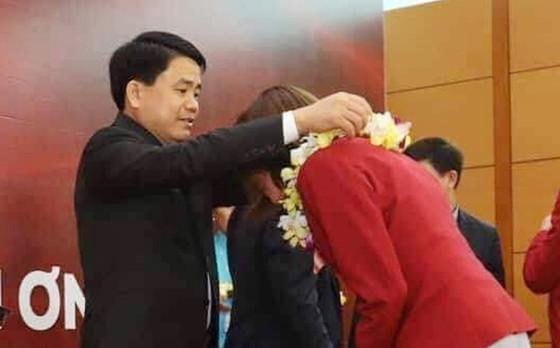 Hàng ngàn người hâm mộ đổ ra đường đón Đoàn thể thao Việt Nam ảnh 12