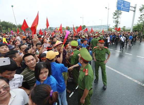 Hàng ngàn người hâm mộ đổ ra đường đón Đoàn thể thao Việt Nam ảnh 21