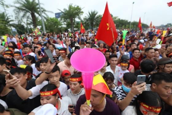 Hàng ngàn người hâm mộ đổ ra đường đón Đoàn thể thao Việt Nam ảnh 45