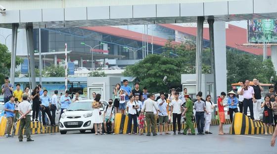 Hàng ngàn người hâm mộ đổ ra đường đón Đoàn thể thao Việt Nam ảnh 40