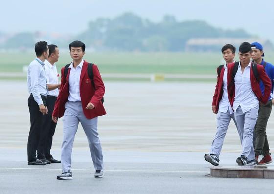 Hàng ngàn người hâm mộ đổ ra đường đón Đoàn thể thao Việt Nam ảnh 8