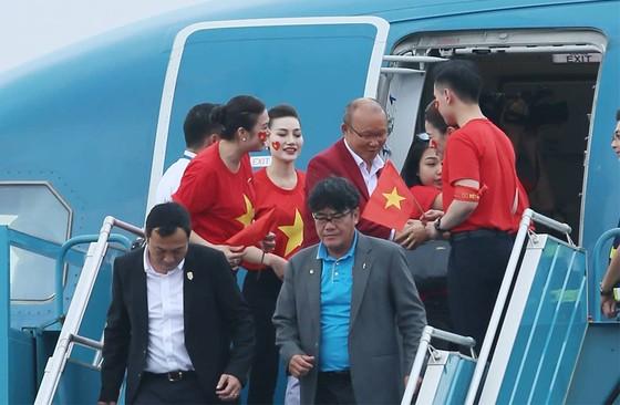 Hàng ngàn người hâm mộ đổ ra đường đón Đoàn thể thao Việt Nam ảnh 3