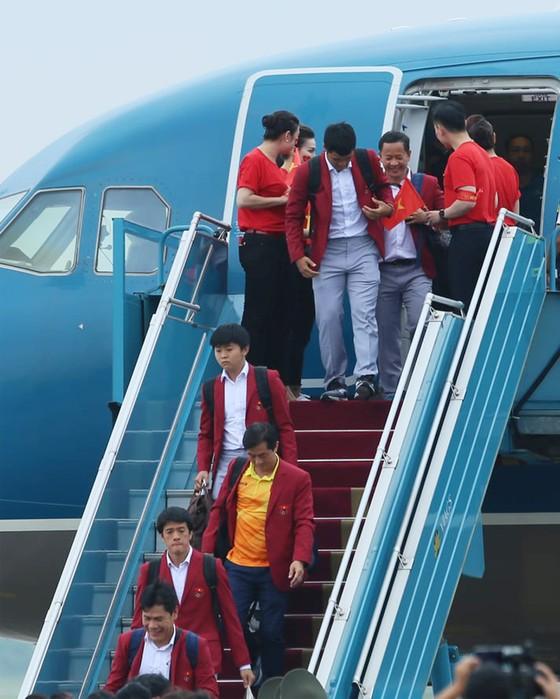 Hàng ngàn người hâm mộ đổ ra đường đón Đoàn thể thao Việt Nam ảnh 4