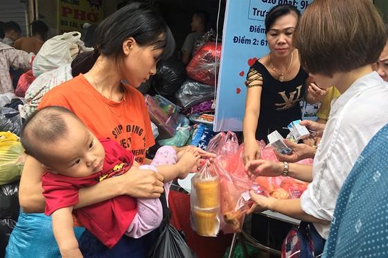 Xúc động cảnh hàng trăm người xếp hàng nhận quà hỗ trợ sau vụ cháy cạnh Bệnh viện Nhi Trung ương ảnh 2