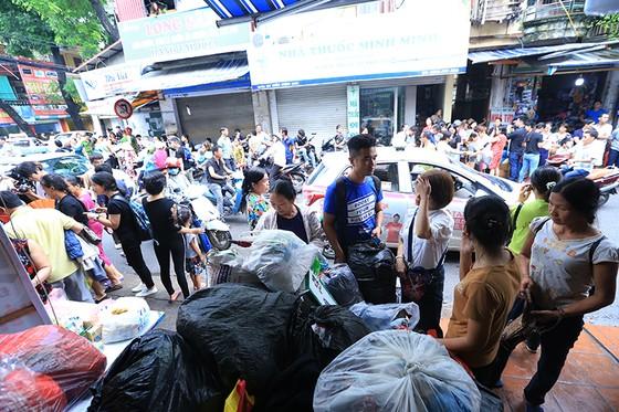 Xúc động cảnh hàng trăm người xếp hàng nhận quà hỗ trợ sau vụ cháy cạnh Bệnh viện Nhi Trung ương ảnh 4