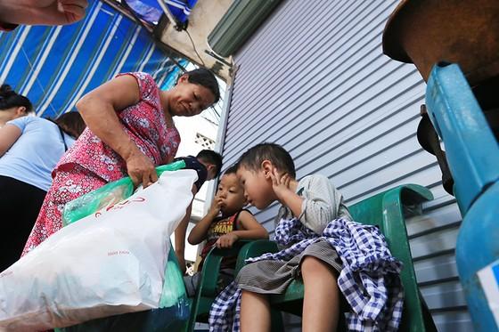 Xúc động cảnh hàng trăm người xếp hàng nhận quà hỗ trợ sau vụ cháy cạnh Bệnh viện Nhi Trung ương ảnh 5