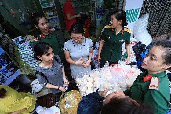 Xúc động cảnh hàng trăm người xếp hàng nhận quà hỗ trợ sau vụ cháy cạnh Bệnh viện Nhi Trung ương ảnh 6