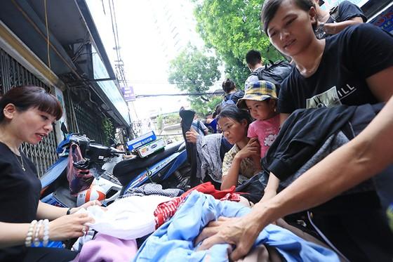 Xúc động cảnh hàng trăm người xếp hàng nhận quà hỗ trợ sau vụ cháy cạnh Bệnh viện Nhi Trung ương ảnh 1