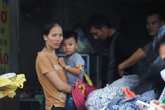 Xúc động cảnh hàng trăm người xếp hàng nhận quà hỗ trợ sau vụ cháy cạnh Bệnh viện Nhi Trung ương ảnh 9