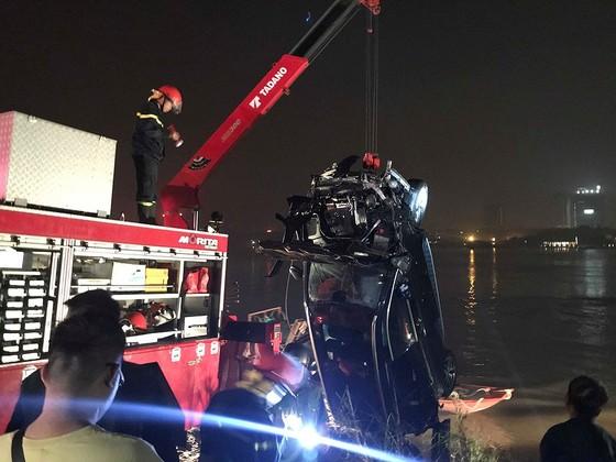Có 2 thi thể trong chiếc xe Mercedes rơi từ cầu Chương Dương ảnh 1