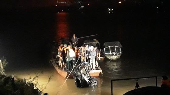 Có 2 thi thể trong chiếc xe Mercedes rơi từ cầu Chương Dương ảnh 2