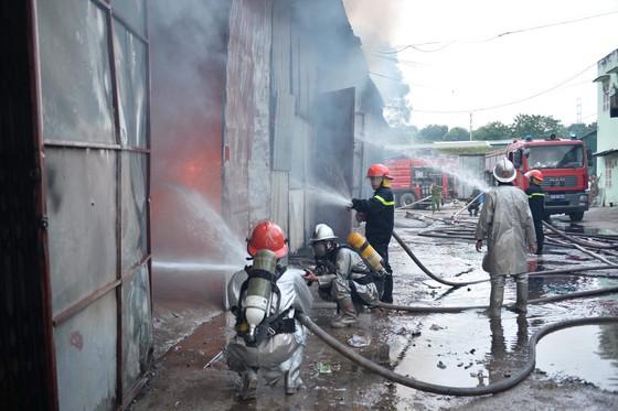 Hà Nội: Hơn 1.500m² kho hàng bỗng chốc thành tro tàn ảnh 4