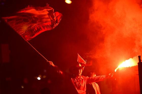 Những cách cổ vũ chỉ có ở Việt Nam dành cho tình yêu bóng đá ảnh 13