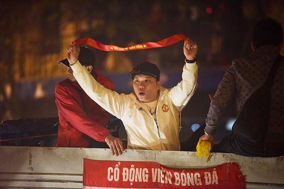 Những cách cổ vũ chỉ có ở Việt Nam dành cho tình yêu bóng đá ảnh 10