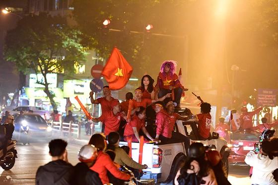 Những cách cổ vũ chỉ có ở Việt Nam dành cho tình yêu bóng đá ảnh 15