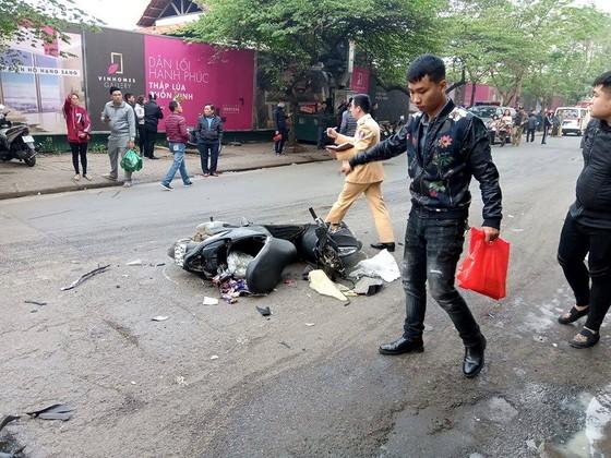Ô tô tông liên hoàn, một cụ bà tử vong, hai người bị thương ảnh 1