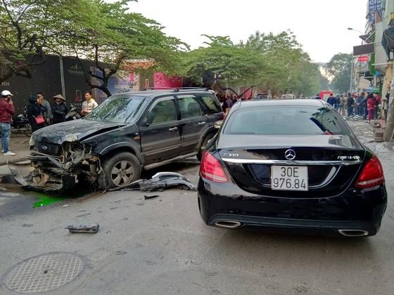 Ô tô tông liên hoàn, một cụ bà tử vong, hai người bị thương ảnh 2