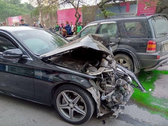 Ô tô tông liên hoàn, một cụ bà tử vong, hai người bị thương ảnh 3