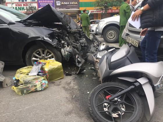 Xe ô tô đâm 2 xe máy, 2 người bị thương, 1 người nguy kịch ảnh 2
