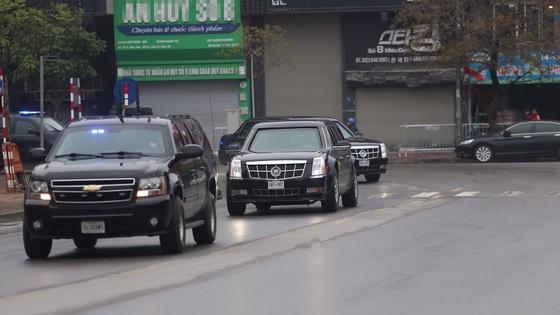 """VIDEO:Cận cảnh """"quái thú"""" của Tổng thống Trump lướt bánh trên phố Hà Nội ảnh 6"""