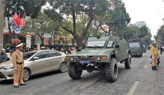 Hội nghị Mỹ - Triều Tiên: Xe bọc thép xuống đường tăng cường an ninh ảnh 4