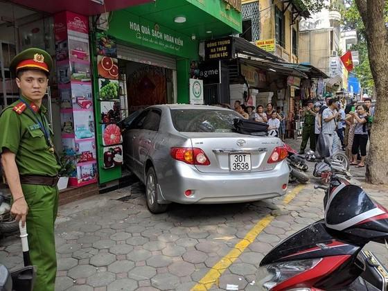 Nữ tài xế lao ô tô vào nhà dân ở Lò Đúc, Hà Nội ảnh 1