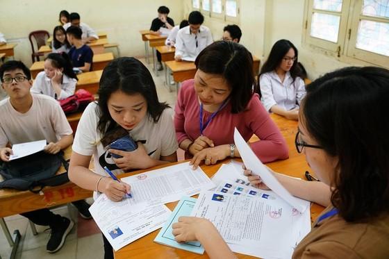 Kỳ thi THPT Quốc gia năm 2019: Thí sinh đến các điểm thi làm thủ tục dự thi ảnh 9