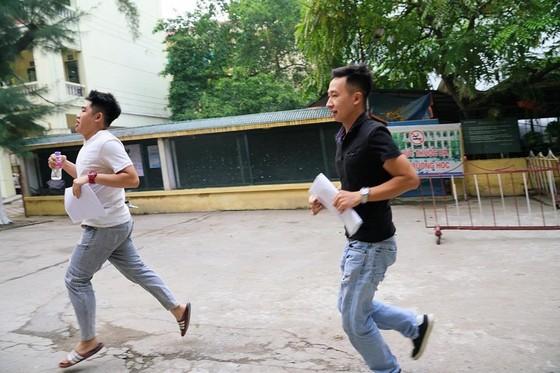 Thí sinh vội chạy vào phòng thi, báo chí bị hạn chế tác nghiệp ảnh 3