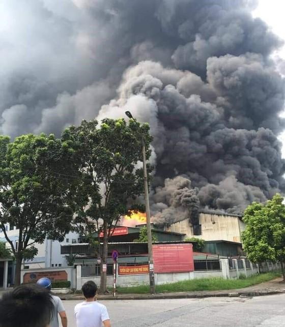 Cháy lớn tại nhà máy cạnh siêu thị Aeon Mall Long Biên ảnh 1