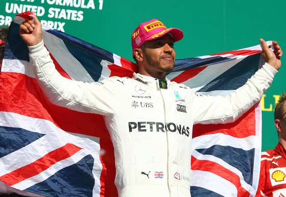 Lewis Hamilton ăn mừng chiến thắng thứ 9 trong mùa