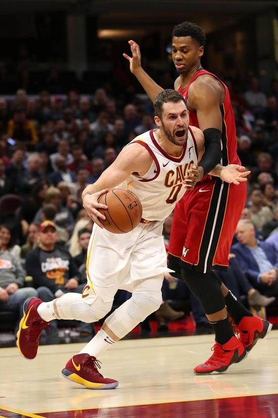 NBA 2017-2018 - James bị đuổi lần đầu tiên trong sự nghiệp, Cavs vẫn giành chiến thắng  ảnh 1