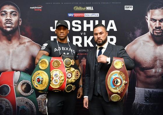 AJ (trái) sẽ đối mặt với Parker vào cuối tháng 3 năm nay