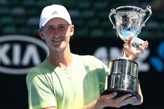 """Korda """"con"""" và chiếc cúp vô địch Australian Open 2018 - hệ giải trẻ"""
