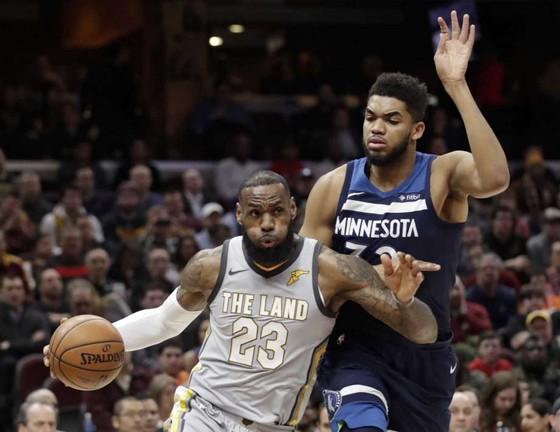 """NBA 2017-2018: """"Đại úy"""" James giải cứu """"binh nhì"""" Cavs ảnh 1"""