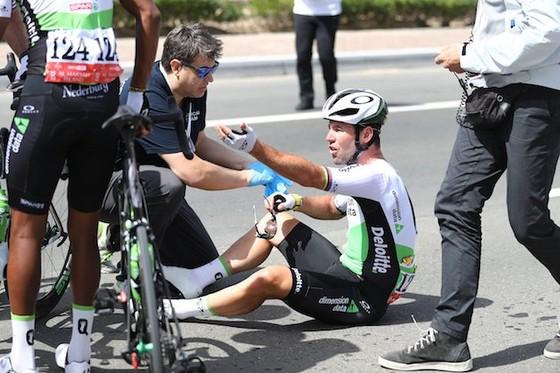 """Xe đạp: Cavendish lại """"ngã ngựa"""" và chấn thương, lần này là ở Abu Dhabi ảnh 1"""