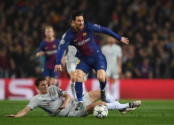 Messi vượt qua sự truy cản của Christensen