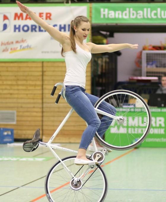 Xe đạp nghệ thuật: Viola Brand, mỹ nhân kỳ ảo trên ngựa sắt ảnh 1