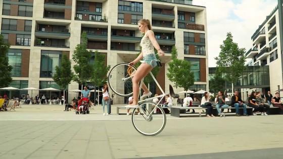 Xe đạp nghệ thuật: Viola Brand, mỹ nhân kỳ ảo trên ngựa sắt ảnh 5