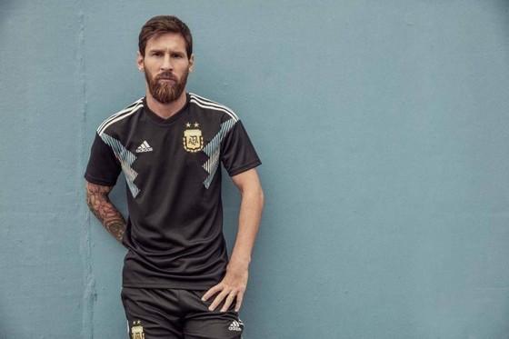 Messi trong mẫu áo sân khách mới của tuyển Argentina