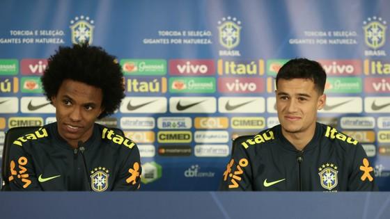 Willian (trái) và Coutinho trong buổi họp báo trước trận Nga - Brazil