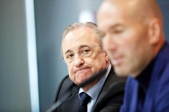 Perez buồn bã nhìn Zidane ra đi.