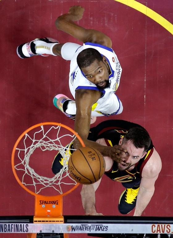 """Chung kết NBA: KD che mờ James """"gánh team"""", Warriors dẫn 3-0 ảnh 1"""