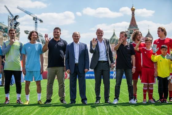 Tổng thống Putin (giữa) trong một sự kiện của FIFA ở World Cup