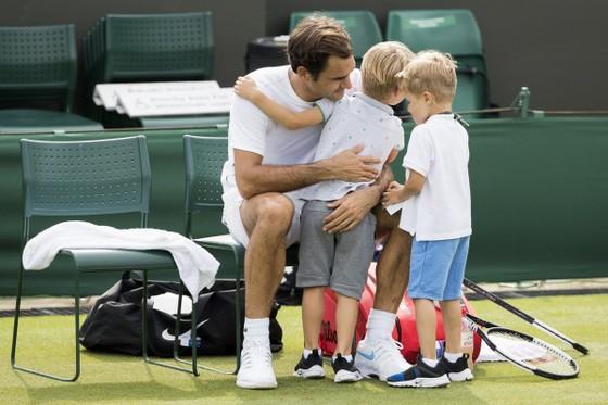 Khoảnh khắc cuối tuần: Federer chơi đùa với 2 con trai sinh đôi, Wozniacki lên ngôi ở Eastbourne ảnh 1