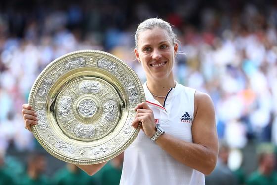 Angelique Kerber và chiếc đĩa bạc danh hiệu Wimbledon