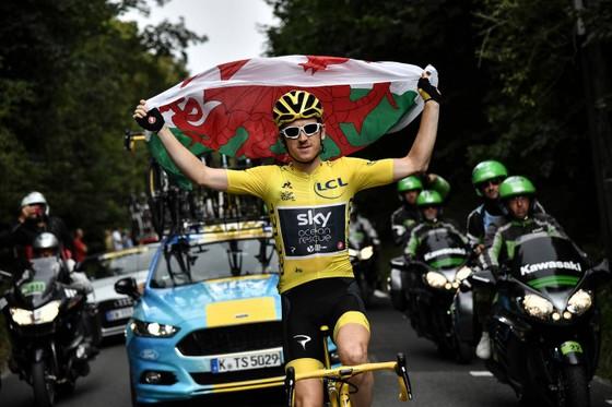 Geraint Thomas giương cao quốc kỳ xứ Wales sau khi thắng Áo vàng Tour de France