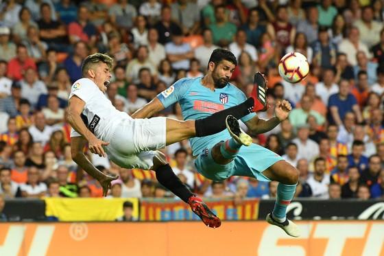 Valencia cầm chân Atletico 1-1: Michy Batshuayi tay bắt mặt mừng với Diego Costa ảnh 3
