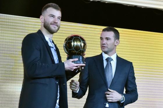 Shevchenko trong lần trao giải QBV Ucraina cho Yarmolenko