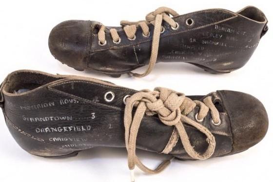 """BÊN LỀ: Câu chuyện cảm động về đôi giày """"quý hơn vàng"""" của George Best ảnh 1"""